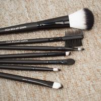 Quality Beautiful Shape Full Makeup Brush Set Ergonomic Microphone Dotted Design for sale